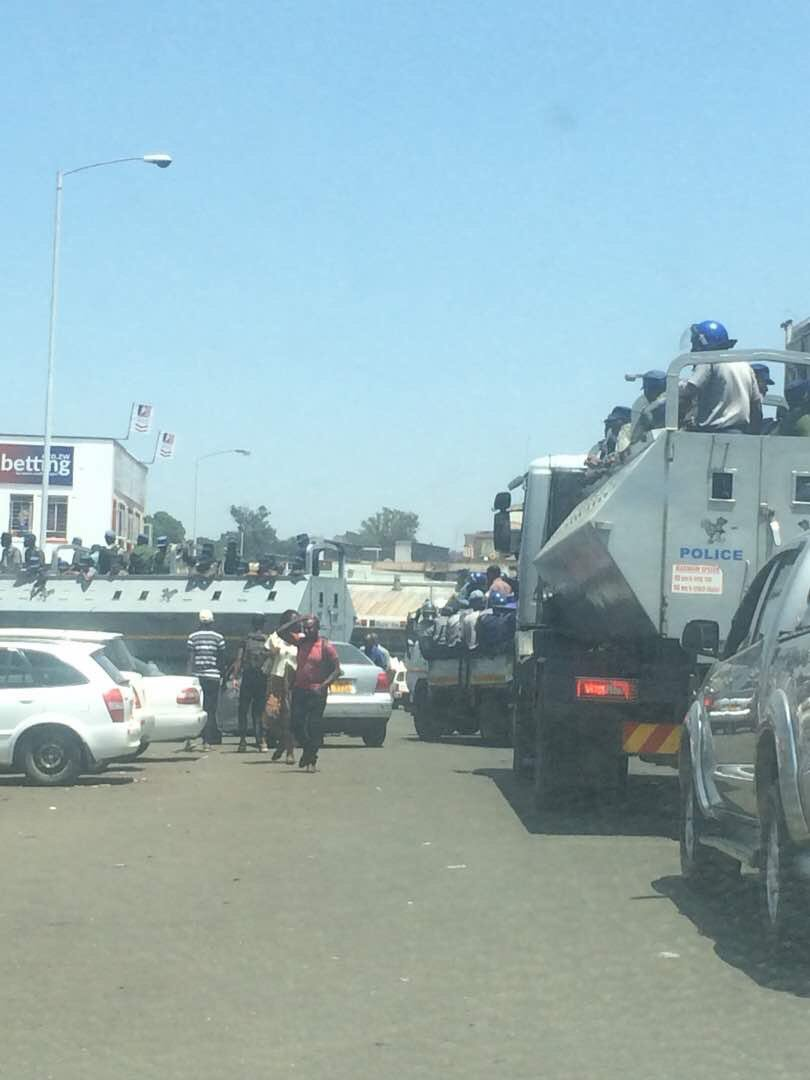 WATCH: ZRP Cops Chased Away By Angry Vendors In Harare CBD