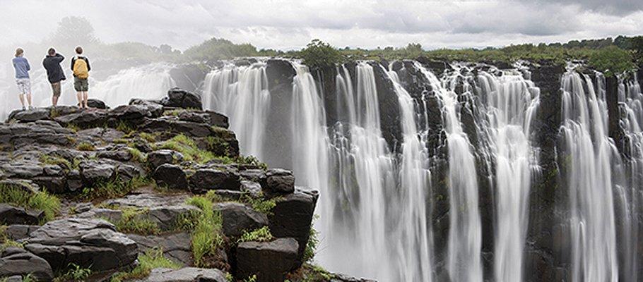 tourists-observing-victoria-falls_92761_600x450.jpg