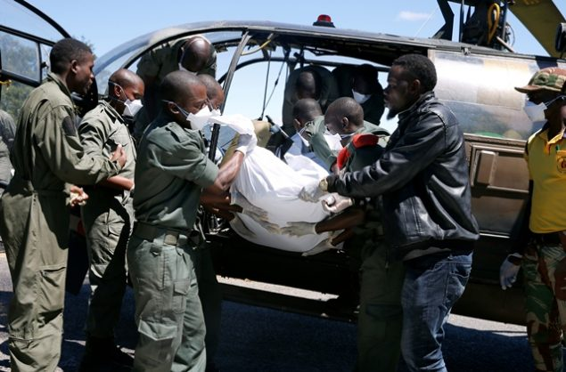 Members of the rescue team offload a body retrieved from areas flooded in the aftermath of Cyclone Idai in Chimanimani, Zimbabwe, March 21, 2019. Picture: REUTERS / Philimon Bulawayo