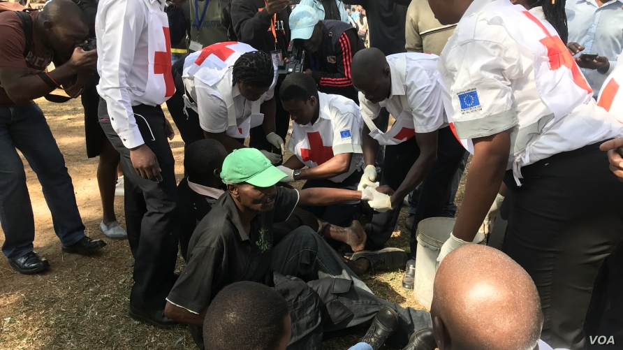 Zimbabwe Red Cross Society officials treat members of the opposition who were injured after clashes with the police in Harare, Aug. 16, 2019. (Columbus Mavhunga/VOA)