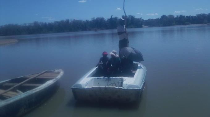 JUST IN: Chikombedzi folk risk life to cross flooded Runde River