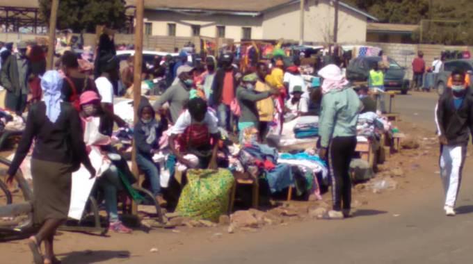 Illegal vendors troop back at Mupedzanhamo Market road servitude