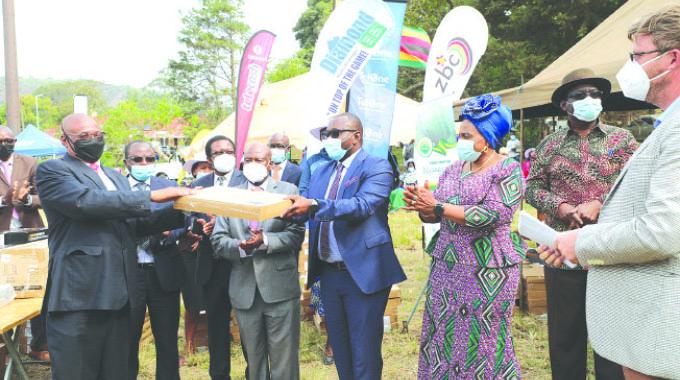 President cheers up Chimanimani pupils